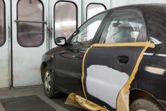 Préparer la voiture pour peindre sur l'atelier de carrosserie Photo libre de droits