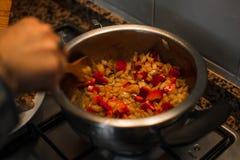 Préparer le déjeuner pour le famille Cuisson dans une cuisine photo stock