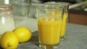 Pr?parer le joice orange pour la mousse de chocolat avec la gel?e orange