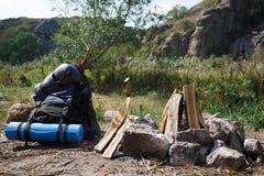Préparer un feu de camp pour des amis de pique-niques Vacances d'été en plein air avec un feu Voyage d'été des vacances Images stock