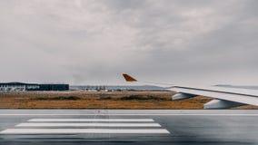 Préparez à l'avion de décollage, vue de fenêtre Photo stock