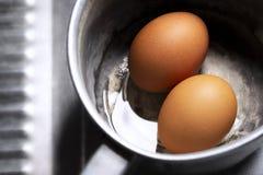 Préparez deux oeufs bouillis dans le pot pendant le matin Photos libres de droits