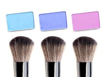 Préparez la brosse et la poudre de couleur d'isolement sur le fond blanc Images libres de droits