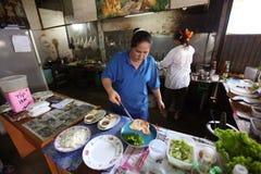 Préparez la nourriture à un restaurant de côté de rue Image stock