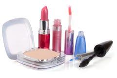 Préparez la poudre, le rouge à lèvres, l'eye-liner de lustre de lèvre et le mascara d'isolement sur le fond blanc Photo libre de droits