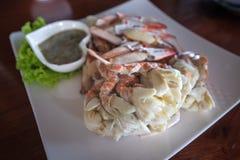 Préparez le crabe coulé avec de la sauce épicée Photos stock