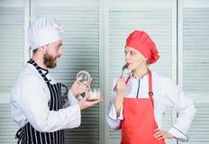 Préparez le dîner pour la famille Planification de menu cuisine culinaire Famille faisant cuire dans la cuisine chef d'homme et d images libres de droits
