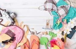 Préparez les accessoires et les articles de voyage pour l'enfant Image stock