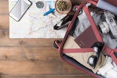 Préparez les accessoires et les articles de voyage sur en bois blanc Photographie stock
