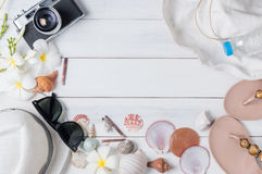 Préparez les accessoires et les articles de voyage sur le fond en bois blanc Images stock