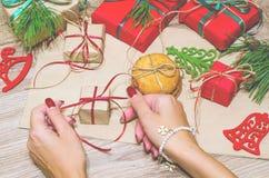 Préparez les boîtes avec des cadeaux et des bonbons pour Noël Photo libre de droits