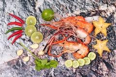 Préparez les grandes crevettes roses fraîches coulées et l'herbe aigre épicée Photos libres de droits