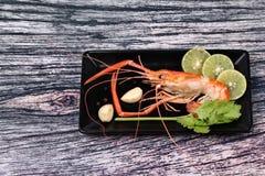 Préparez les grandes crevettes roses fraîches coulées et l'herbe aigre épicée Photo libre de droits