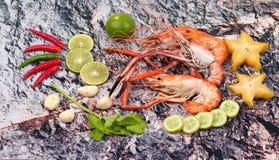 Préparez les grandes crevettes roses fraîches coulées et l'herbe aigre épicée Image libre de droits