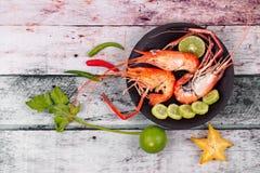 Préparez les grandes crevettes roses fraîches coulées et l'herbe aigre épicée Image stock