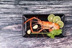 Préparez les grandes crevettes roses fraîches coulées et l'herbe aigre épicée Photographie stock libre de droits