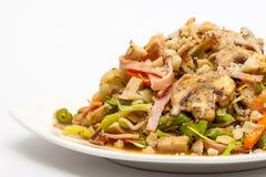 Préparez les légumes et les viandes wok-sautés servis Image stock