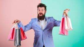 Préparez pour des vacances Cadeaux d'achat à l'avance Appréciez vendredi noir de achat Achats de hippie avec la remise Homme barb photo stock