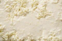 Préparez pour le lasagne de cuisson sur la cuisine à la maison pour le dîner de famille photos libres de droits