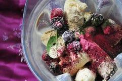 Préparez pour mélanger smoothy avec le fruit photographie stock libre de droits