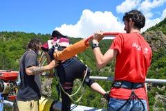 Préparez pour un saut de haut de bungee de 230 pieds Photos stock