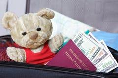 Préparez-vous au déplacement avec le nounours de vieil ami Images libres de droits