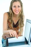 Préposée de bureau de sourire avec un module de balayage images stock