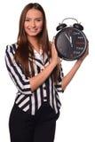 Préposée de bureau montrant l'horloge d'isolement sur un fond blanc Image libre de droits