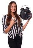 Préposée de bureau montrant l'horloge d'isolement sur un fond blanc Photo libre de droits
