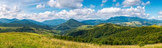 Prés herbeux et collines boisées en automne tôt photos stock