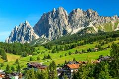 Prés verts et hautes montagnes au-dessus d'ampezzo de Cortina D, Italie Image libre de droits