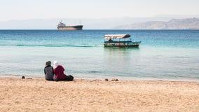 Présage sur la plage urbaine dans le jour d'hiver ensoleillé dans Aqaba Images stock