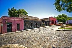 Présence coloniale colorée sous un ciel bleu Photos stock