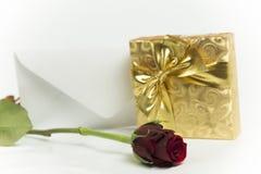 Présent avec la rose de lettre et de rouge Photographie stock