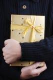Présent d'or dans l'étreinte Image stock