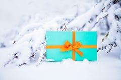Présent de Cristmas sur la neige Photo libre de droits