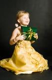 Présent de fixation de petite fille Photographie stock