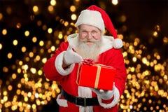 Présent de offre heureux de Santa Claus Photographie stock libre de droits