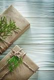 Présent enfermé dans une boîte fait main avec la branche verte sur le vertica de conseil en bois Photographie stock libre de droits