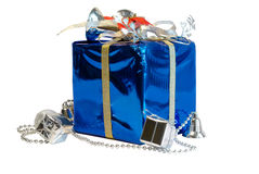 Présent enveloppé décoratif bleu et argenté de Noël d'isolement Photos stock