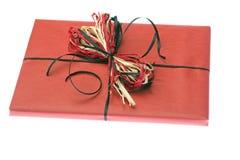 Présent enveloppé en papier rouge. D'isolement Image stock