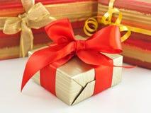 Présent enveloppé par cadeau photo stock