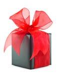 Présent enveloppé par cadeau noir avec la proue rouge Images libres de droits
