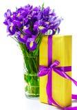 Présent et fleurs dans le vase Photographie stock libre de droits
