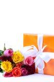 Présent et groupe de roses Photographie stock libre de droits