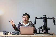 Présent gai créatif de jeune homme de l'Asie par production de projet image libre de droits