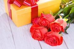 Présent pour le jour de valentines avec des roses Photo libre de droits