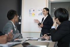 Présent rapport financier de plan de femme d'affaires à l'équipe de travailleur de Co W photographie stock libre de droits