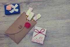 Présent, surprise, concepts d'amour Sucreries de guimauve dans l'enveloppe avec deux boîte-cadeau Images libres de droits
