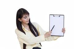 Présent travaillant de belle fille d'affaires outre de son fichier papier, Pape photo stock
